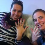 Mädchengespräche und bunte Fingernägel